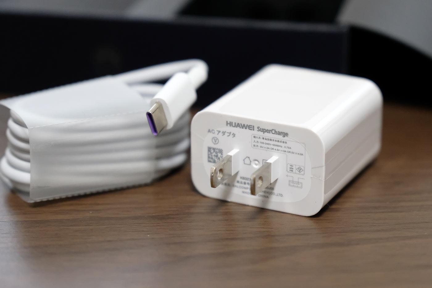 USB-Cケーブルと充電アダプタ