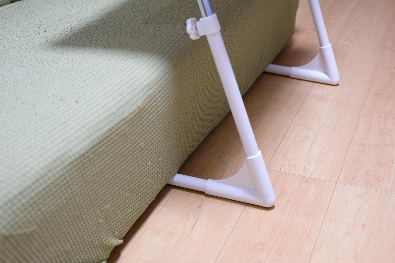 脚部分パイプをソファーの下へ