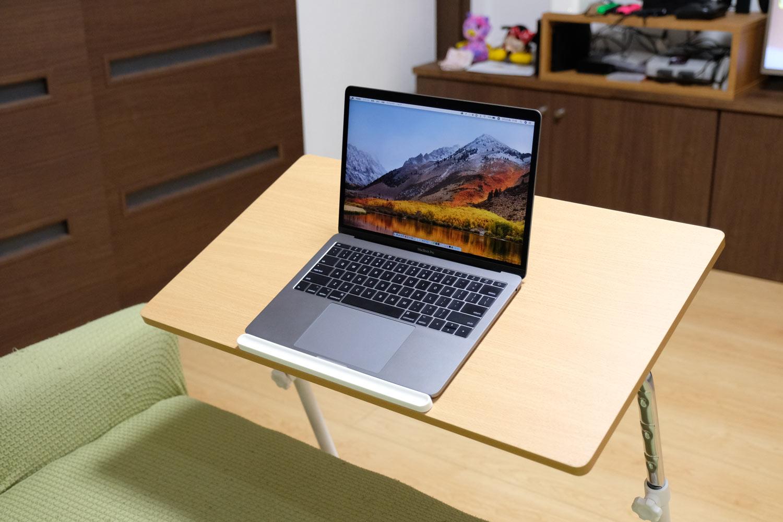 サイドテーブルにMacBook pro