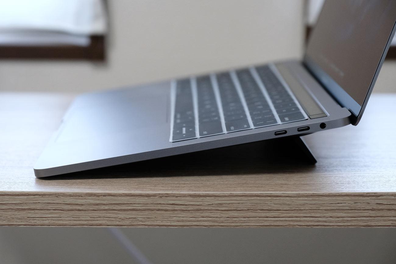 MacBook Proに傾斜をつけて角度をつける