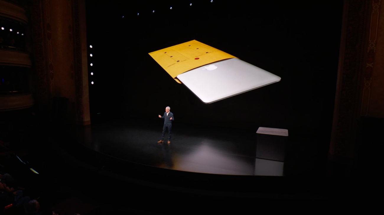 封筒から出すMacBook Air
