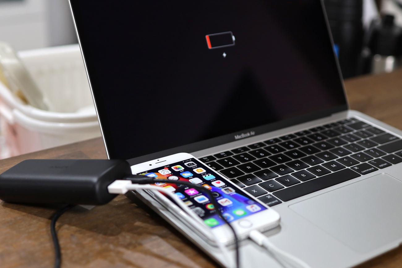 iPhone 8とMacBook Airを同時充電
