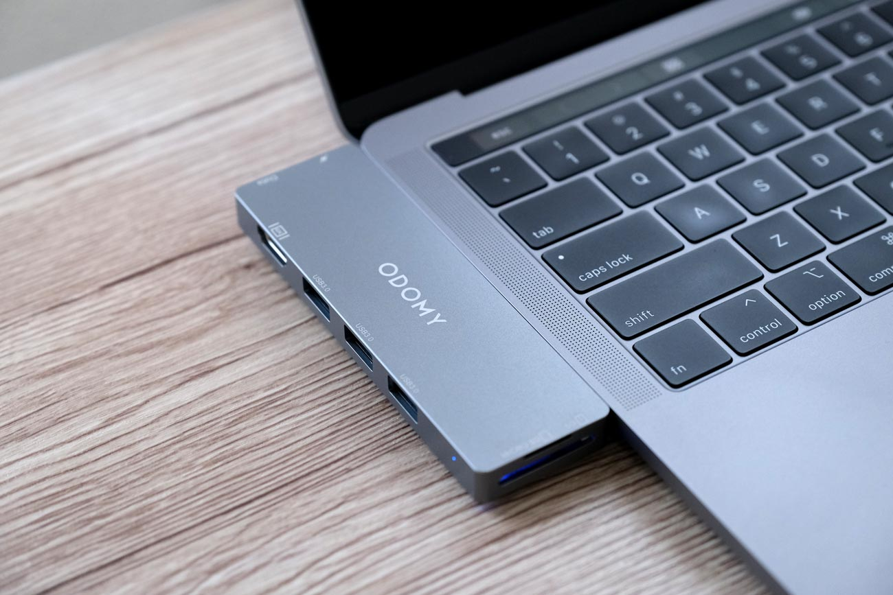 ODOMY USB Type-CハブをMacBook Proに装着