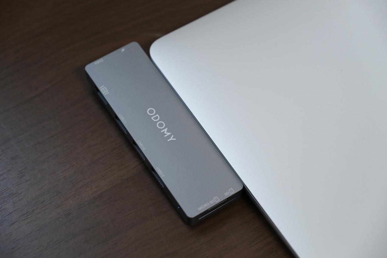 MacBook AirだとODOMY USB Type-C ハブ 8in1がはみ出す
