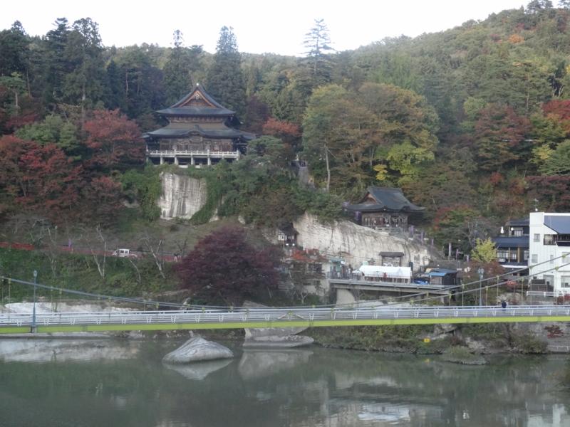 円蔵寺と只見川(柳津町)