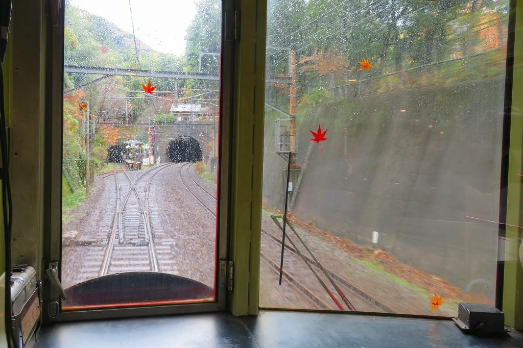 嵯峨野トロッコ列車 右のトンネルはJR山陰本線