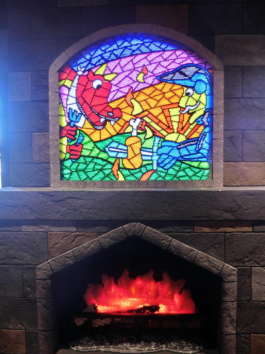 ステンドグラスと暖炉(クリアカラーのレゴブロック使用)@レゴランド