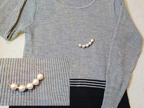 コットンパールのネックレスと洋服のコーディネート