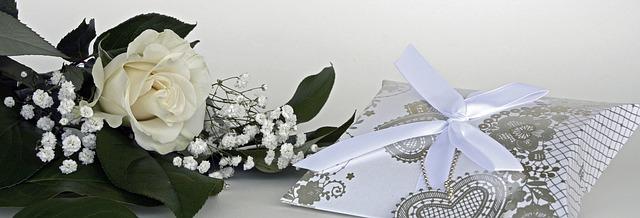 ギフトボックスと白いバラとカスミソウ