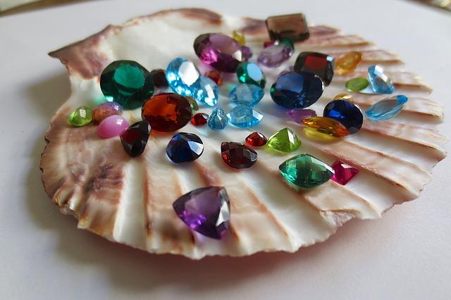 貝のお皿にのった天然石