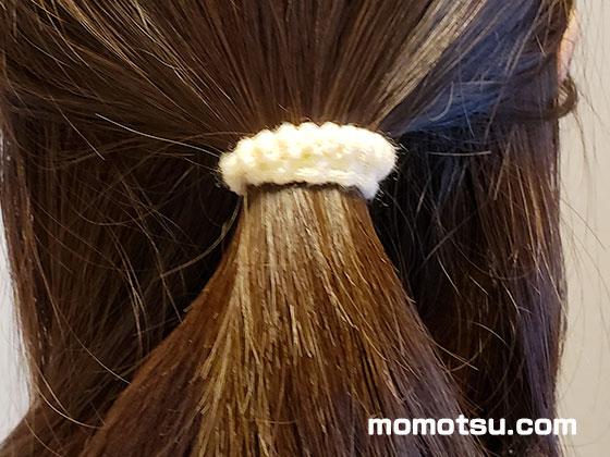 髪をヘアーゴムでまとめている