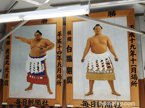 両国駅に飾られた白鵬と武蔵丸
