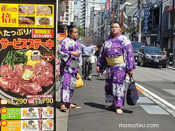 両国の街を歩くお相撲さん