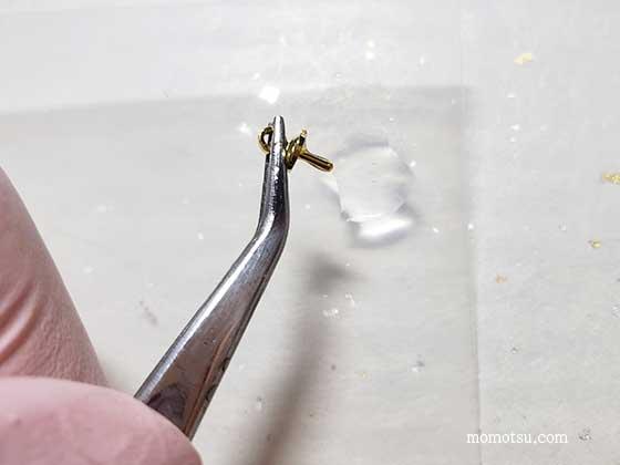 ヒートンキャップをレジン液で固定