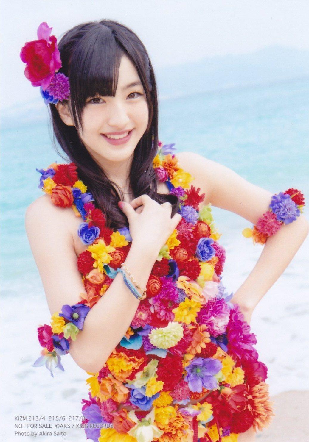 海の前でカラフルな衣装に身を包むHKT48の田島芽瑠