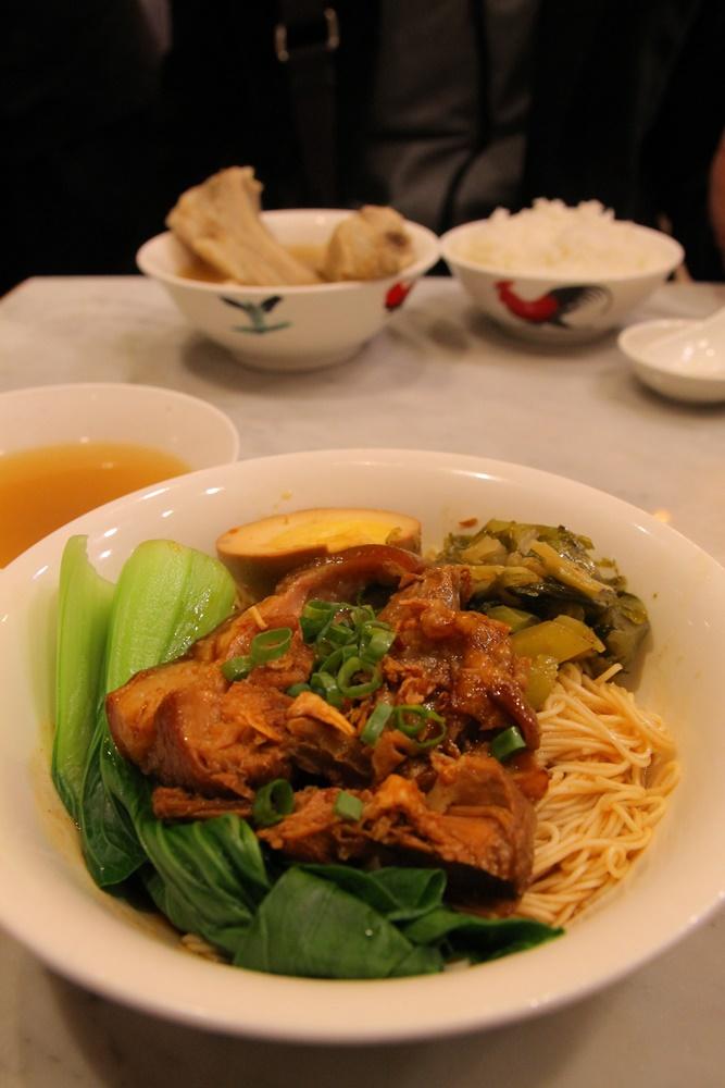 龍骨湯(奥)」と「滷猪脚乾麺線(手前)