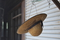 [麦わら帽子][麦わら][帽子][納屋][農具小屋]麦わら帽子