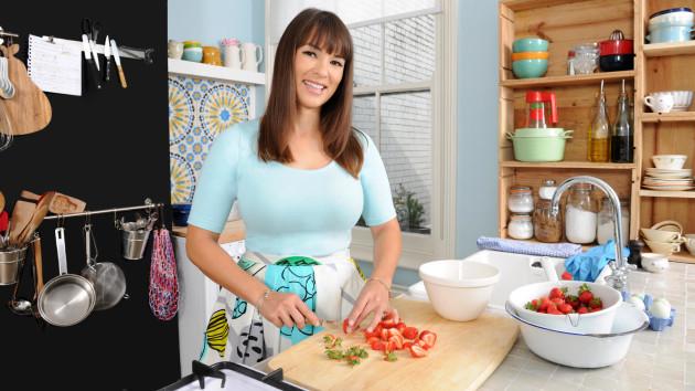 レイチェル・クーの新番組「レイチェルのおいしい旅レシピ」がNHK・Eテレで放送するよ!