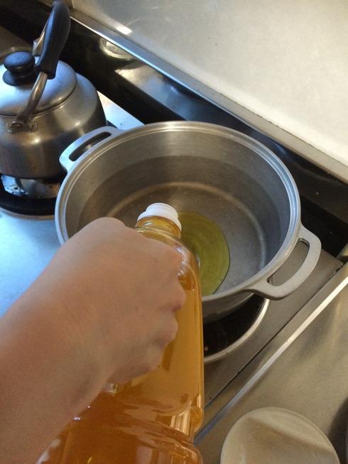 鍋にオイル投入