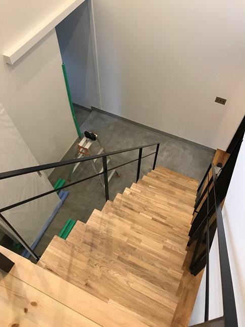吹き抜け階段のモルタル