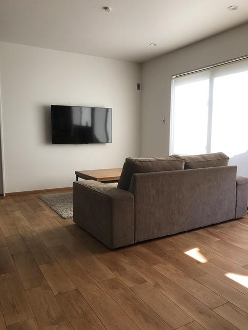 リビング①#IKEAのソファー#TRUCKのテーブル#壁掛テレビ#無垢のフローリング