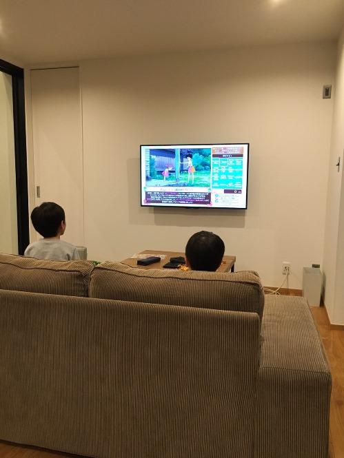 リビングで子供達がテレビを占拠する