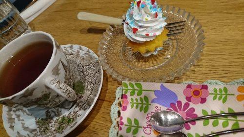 紅茶とカップケーキ