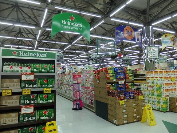 スーパーマーケット内部