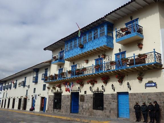 ホテルの前の建物