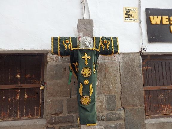 教会の前の十字架