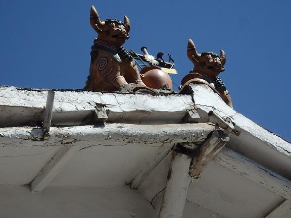 プカラ牛の屋根飾り