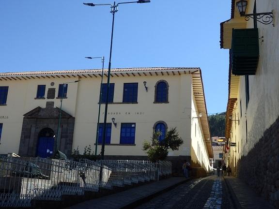 坂道の上の建物