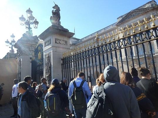 バッキンガム宮殿正門に集まる人々