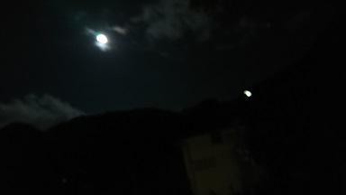 窓から見えた満月
