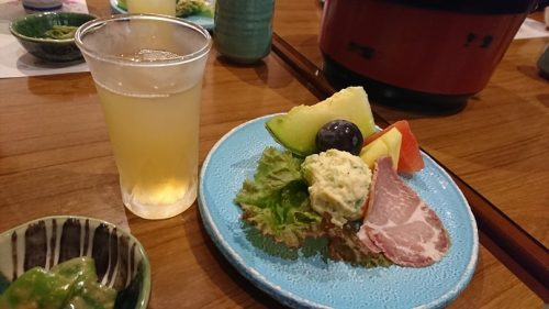 リンゴジュースとフルーツなどの朝食