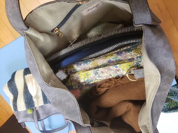 バッグにポーチなどを入れた。
