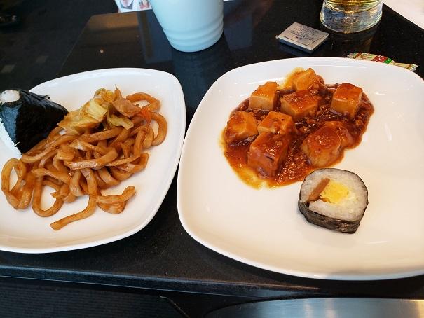 ラウンジの食事。焼きウドンと麻婆豆腐