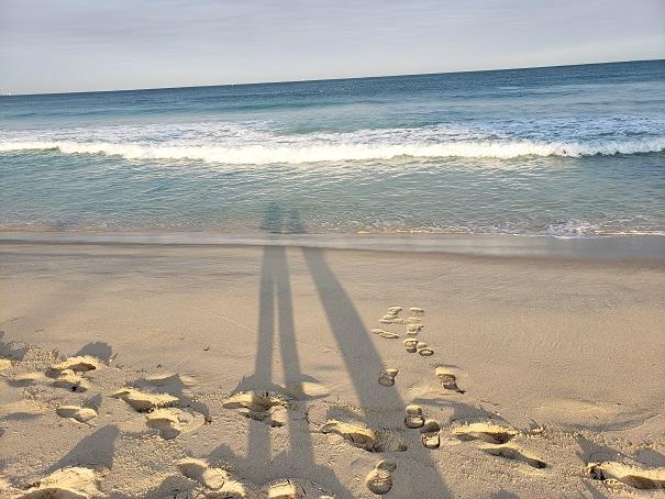 ビーチに伸びる影