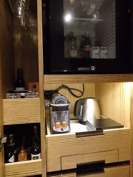 コーヒーマシン、冷蔵庫など