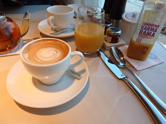 朝食時のカフェラテ