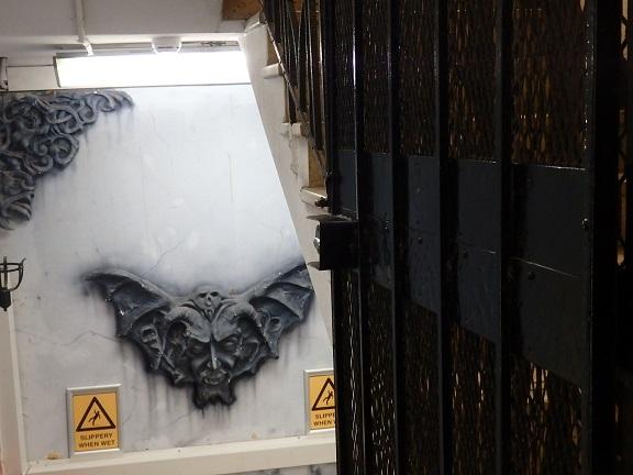 ロンドンっぽい蝙蝠のレリーフ
