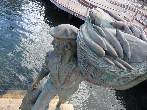 お魚を抱えた漁師の銅像