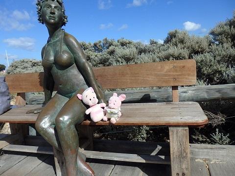 海水浴場の客の女性像とぬいぐるみ