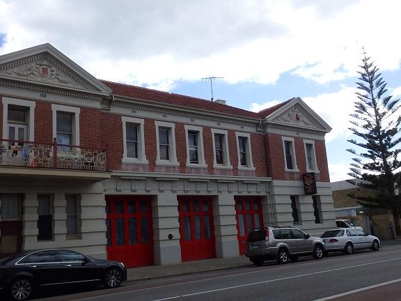 街の建物、赤いドアが可愛い