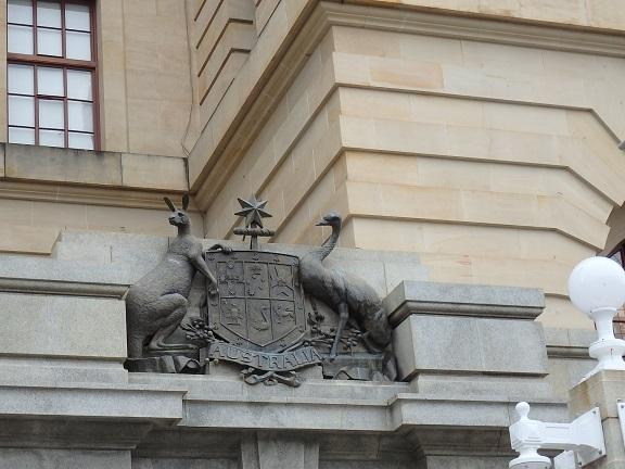 銀行のカンガルーの像
