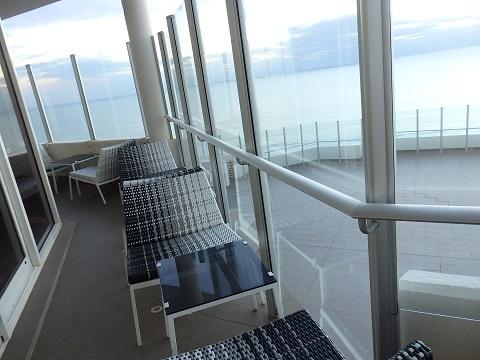 ラウンジ内から海を眺める