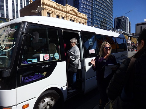 ワイナリーツアーのバス
