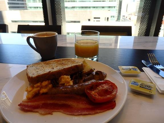 ラウンジで朝食
