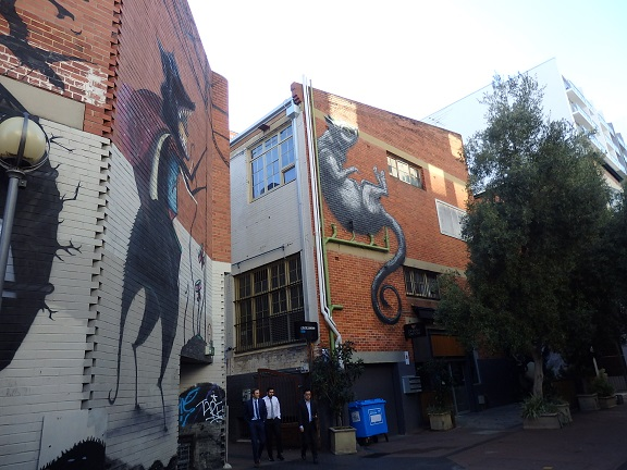 オオカミとネズミが描かれたアートなビル