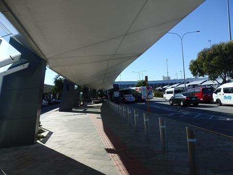 バス停から空港までの通路